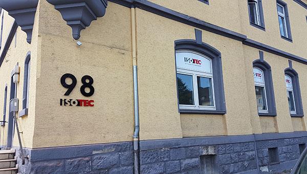 Hausnummer und Logo in Acrylbuchstaben